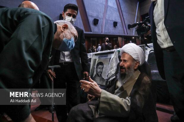 سردار محمد سلامی سلامی از آیت الله نمازی تقدیر می کند