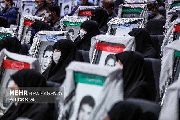 سومین همایش یادها و نامها با حضور خانواده شهدا در سالن خلیج فارس دفاع مقدس برگزار شد