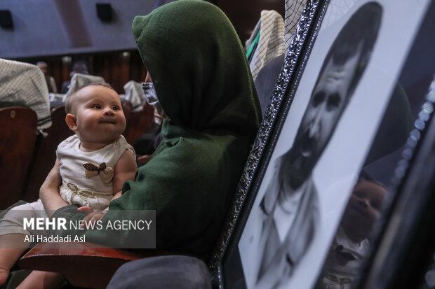 کودک خردسالی به همراه خانواده خود در سومین همایش یاد ها و نام ها حضور دارد