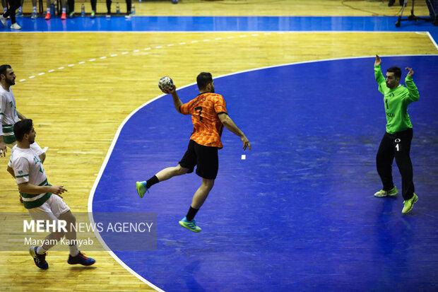 دیدار تیم های هندبال زغال سنگ طبس و مس کرمان در تالار هندبال برگزار شد