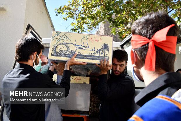 تابوت یک شهید گمنام دفاع مقدس توسط دانش اموزان هنرستان شهید مدرس در یادواره شهدای دانش آموز هنرستان شهید مدرس حمل می شود