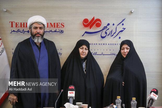 فخرالسادات موسوی، علی یوسفی و همسرشان در حال گرفتن عکس یادگاری در مراسم رونمایی کتاب پاییز آمد در خبرگزاری مهر هستند