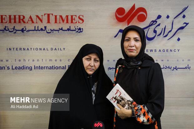 گلستان جعفریان و فخرالسادات موسوی در حال گرفتن عکس یادگاری در مراسم رونمایی کتاب پاییز آمد در خبرگزاری مهر هستند