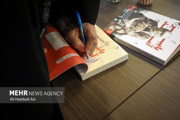 فخرالسادات موسوی در حال امضا کتاب خاطرات خود با عنوان پاییز آمد، است