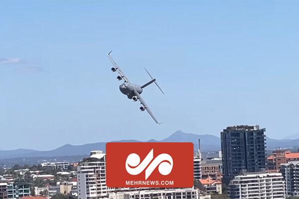 پرواز عجیب هواپیمای غول پیکر در کنار برجهای مسکونی