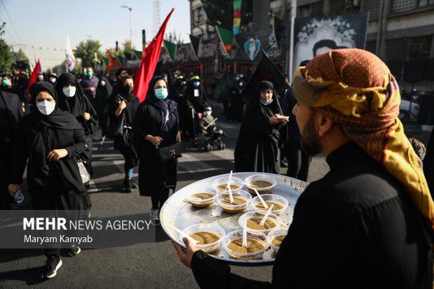 موکب داران در مسیر خیابان هفده شهریور به سمت حرم حضرت عبدالعظیم (ع) در حال پذیرایی از مردم هستند