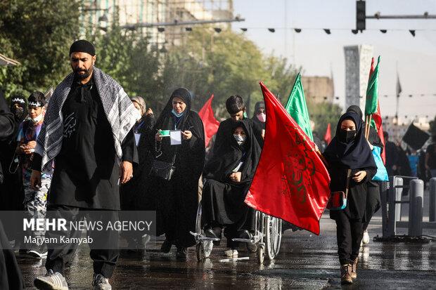 مردم تهران به مناسبت اربعین حسینی در مسیر خیابان هفده شهریور به سمت حرم حضرت عبدالعظیم (ع) در حال پیاده روی هستند