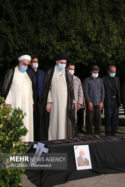 اقامه نماز بر پیکر آیتالله حسنزاده آملی توسط رهبر معظم انقلاب