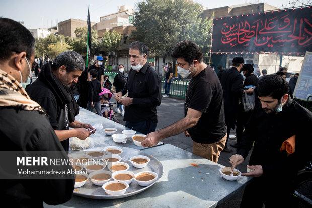 در طول مسیر راهپیمایی جاماندگان اربعین حسینی (ع) موکب ها در حال پذیرایی از مردم تهران هستند