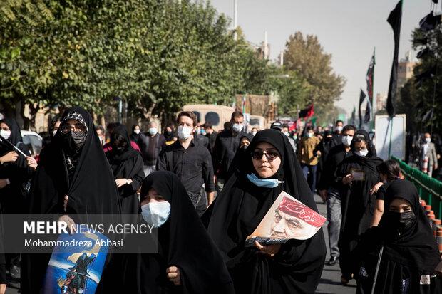 یکی از مردم تهران که در راهپیمایی جاماندگاه اربعین حسینی (ع) شرکت کرده است عکس سردار شهید حاج قاسم سلیمانی را همراه خود دارد