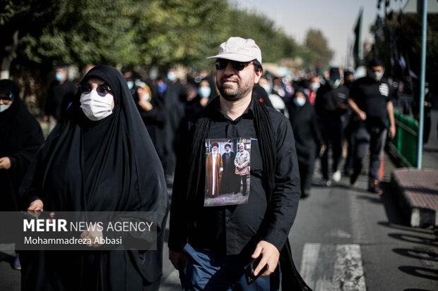 یکی از مردم تهران که در راهپیمایی جاماندگاه اربعین حسینی (ع) شرکت کرده است پیراهنی با عکس رهبر معظم انقلاب ، سردار شهید قاسم سلیمانی و سید حسن نصرالله رهبر حزب الله لبنان بر تن دارد