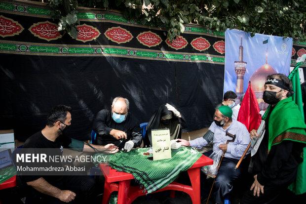 در طول مسیر راهپیمایی جاماندگان اربعین حسینی (ع)  اکیپ های پزشکی در حال خدمت رسانی به مردم هستند