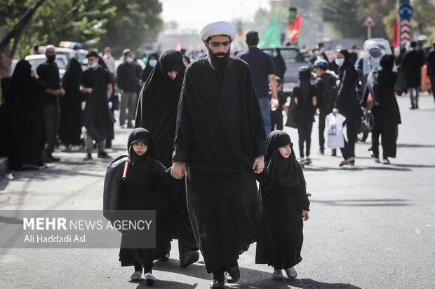 خانواده ای  در مراسم راهپیمایی جاماندگاه اربعین حسینی (ع) شرکت کرده اند