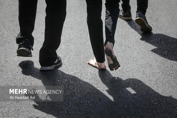 جوانی پا برهنه مسیر راهپیمایی تا حضر عبدالعظیم حسنی (ع) را طی می کند