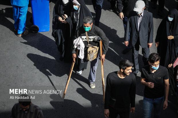 جانبازی با عصا در مراسم راهپیمایی جاماندگاه اربعین حسینی (ع) شرکت کرده است