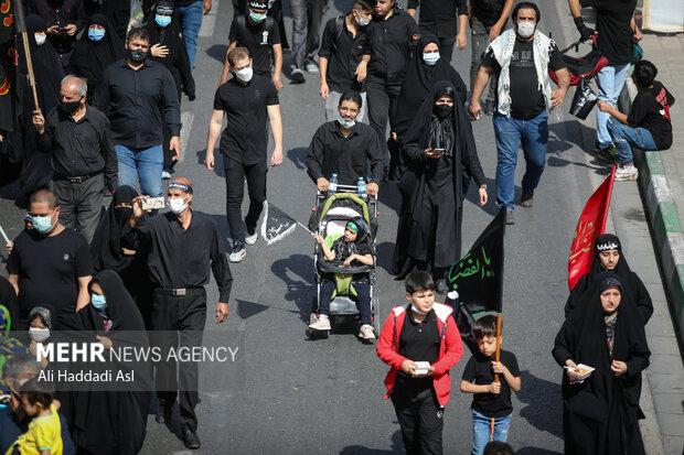 در مراسم راهپیمایی جاماندگان اربعین حسینی(ع) اکثر شرکت کنندگان همراه با خانواده حضور دارند
