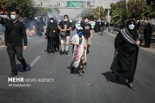 نوجوانی در مراسم راهپیمایی جاماندگان اربعین حسینی(ع) حضور دارد