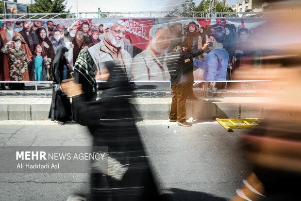 شرکت کنندگان در مراسم راهپیمایی جاماندگان اربعین حسینی(ع)  از میدان امام حسین (ع) تا حرم عبدالعظیم حسنی(ع) در حرکت هستند