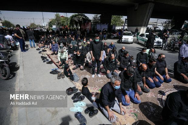 جمعی از شرکت کنندگان در حاشیه مراسم راهپیمایی جاماندگان اربعین حسینی(ع)نماز ظهر و عصر خود برگزار می کنند