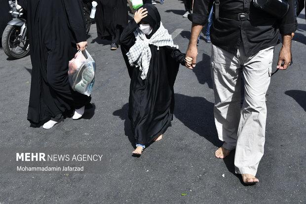 پدر و دختر و مادری که با پای برهنه مسیر راهپیمایی تا حرم حضرت عبدالعظیم حسنی (ع) را طی می کنند