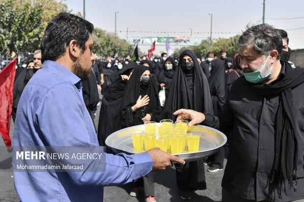 موکب داران در مسیر خیابان فدائیان اسلام به سمت حرم حضرت عبدالعظیم (ع) در حال پذیرایی از مردم هستند