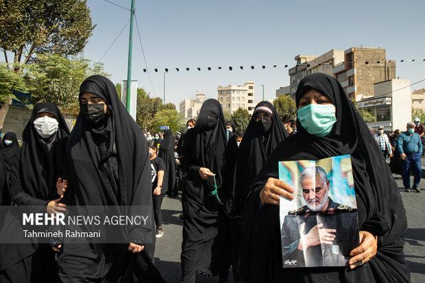یکی از مردم تهران در مراسم راهپیمایی جاماندگان اربعین حسینی (ع) عکس سردار شهید حاج قاسم سلیمانی را همراه خود دارد