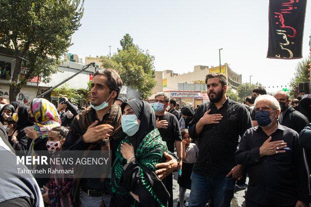 مردم حاضر در مسیر  راهپیمایی جا ماندگان اربعین حسینی (ع) برای اما حسین (ع) عزاداری میکنند