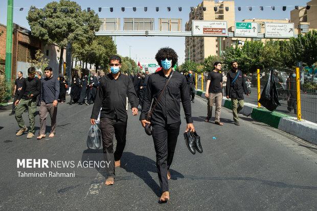 عاشقان اهل بیت (ع) مسیر راهپیمایی جا ماندگان اربعین حسینی (ع) را با پاهایی برهنه طی میکنند