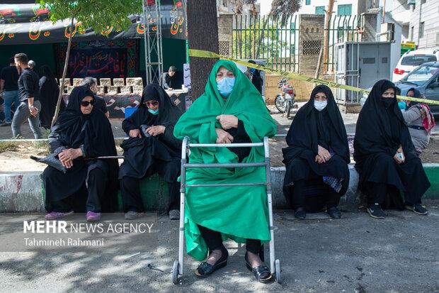 یک خانم سالمند در مسیر  راهپیمایی جا ماندگان اربعین حسینی (ع)  که صبح امروز دوشنبه از میدان امام حین (ع) به سمت حرم عبدالعظیم حسنی (ع) برگزار شد ، حضور دارد