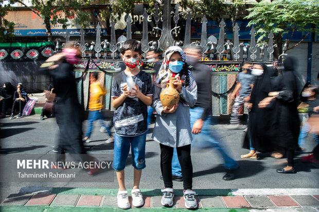 کودکان در مراسم راهپیمایی جا ماندگان اربعین حسینی (ع) صبح امروز دوشنبه از میدان امام حین (ع) به سمت حرم عبدالعظیم حسنی (ع) برگزار شد حضور دارند
