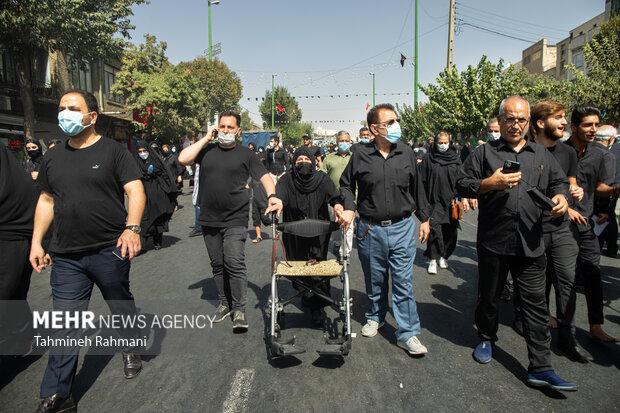 یک خانم سالمند در مراسم راهپیمایی جا ماندگان اربعین حسینی (ع) صبح امروز دوشنبه از میدان امام حین (ع) به سمت حرم عبدالعظیم حسنی (ع) برگزار شد شرکت کرده است