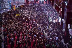 اربعین کے موقع پر بین الحرمین میں حسینی عزاداروں کا عظیم اجتماع