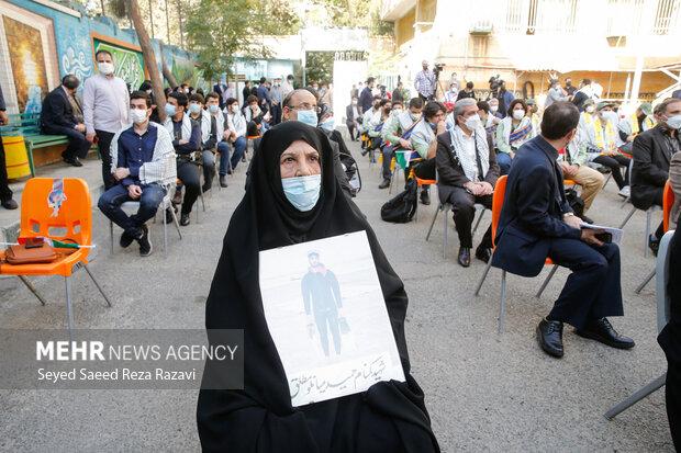 خانواده شهدا در مراسم زنگ ملی ایثار و مقاومت حضور دارند