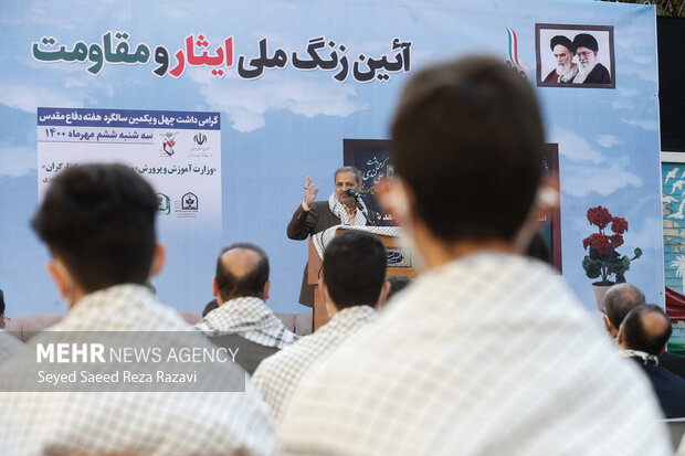 علیرضا کاظمی سرپرست وزارت آموزش و پرورش در مراسم زنگ ملی ایثار و مقاومت درحال سخنرانی است