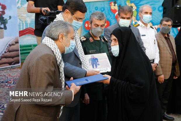 تجلیل از خانواده معظم شهدا در مراسم زنگ ملی ایثار و مقاومت توسط علیرضا کاظمی سرپرست وزارت آموزش و پرورش