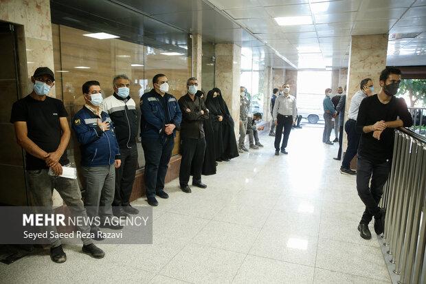 کارکنان شرکت مترو تهران در آئین رونمایی از دیوار  نگاره  شهدا حضور دارند