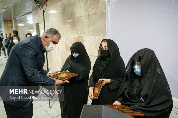 علی عبدالله پور به عنوان مدیر عامل  شرکت بهره برداری راه آهن شهری تهران در حال تجلیل از خانواده   شهدا در آئین رونمایی از دیوار نگاره  شهدا است