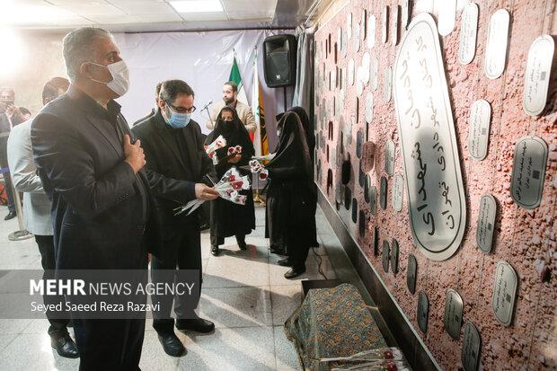 علی عبدالله پور به عنوان مدیر عامل شرکت بهره برداری راه آهن شهری تهران در حال ادای احترام به مقام شهدا در آئین رونمایی از دیوار نگاره  شهدا است