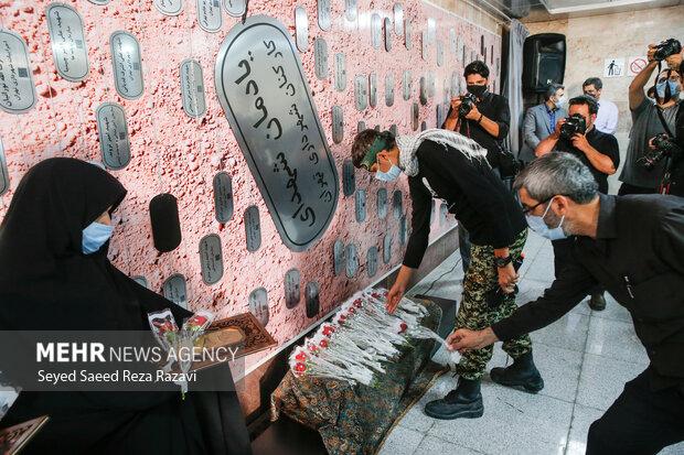ادای احترام کارکنان مترو تهران به مقام شهدا در آئین رونمایی از دیوار نگاره شهدا
