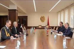 İranlı Büyükelçi Ermenistan Savunma Bakanı ile görüştü