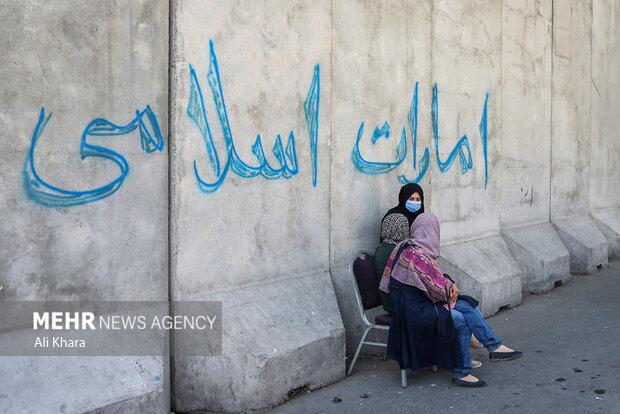 چند زن افغان در حال گفت و گو با يكديگر در يكى از خيابان هاى كابل هستند