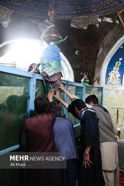 مردم کابل در حال زیارت زیارتگاه حضرت ابوالفضل (ع) در روز اربعين، هستند