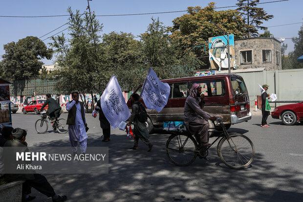 دستفروشان در خيابان هاى كابل پرچم طالبان را می فروشند