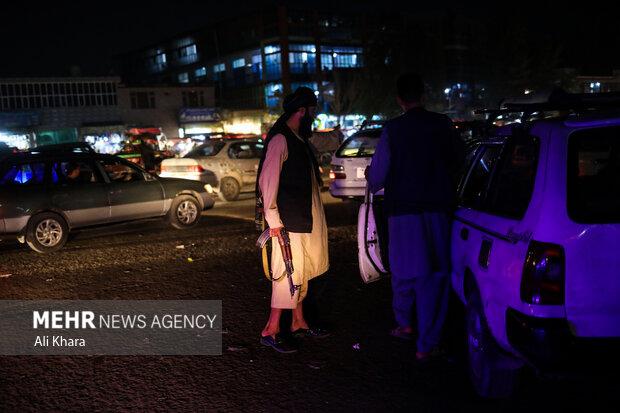 يكى از نيروهاى طالبان در حال باز كردن خيابان هاى كابل برای آسان شدن رفت آمد اتومبیل ها است