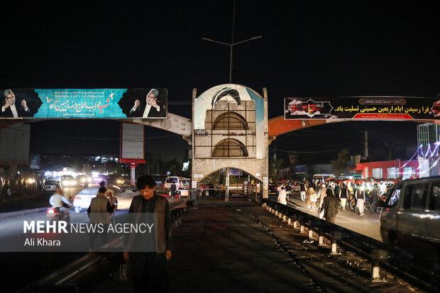 مردم  در حال تردد از یکی خيابانهای  شهر كابل هستند