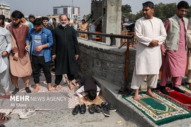 مردم کابل در حال برگزاری نماز جمعه هستند