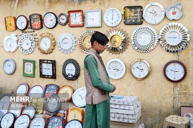 يك فروشنده در حال خواندن نماز ظهر در بازار كابل است