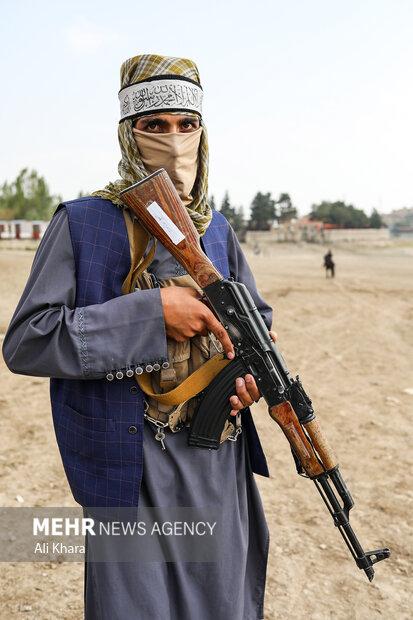 پرتره يك نيروى طالب که در تفريحگاه قرغه كابل حضور دارد
