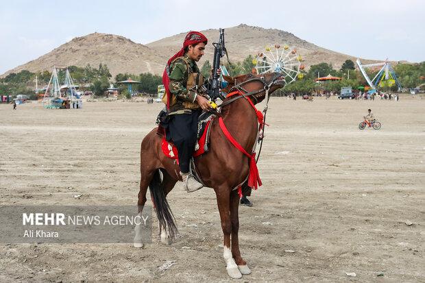 يكى از نيروهاى طالبان در حال آماده شدن براى اسب سوارى در تفريحگاه قرغه كابل است