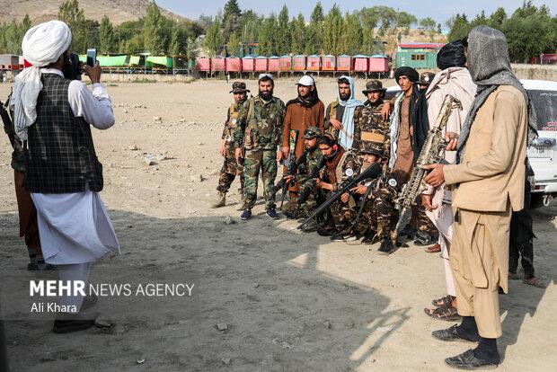نيروهاى طالبان در حال گرفتن عكس يادگارى در تفريحگاه قرغه كابل هستند